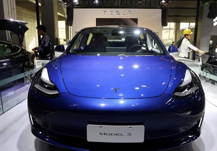 मंत्री गडकरी ने दिया ऑफर तो 'टेस्ला' ने रखी मांग, इलेक्ट्रिक वाहनों पर आयात शुल्क घटाया जाए