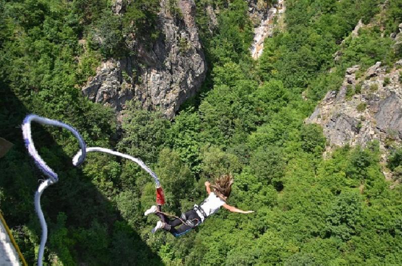 हवा में 25 साल की युवती की हार्ट अटैक से मौत, बिना कॉर्ड के 160 फीट ऊंचाई से लगा दी थी छलांग