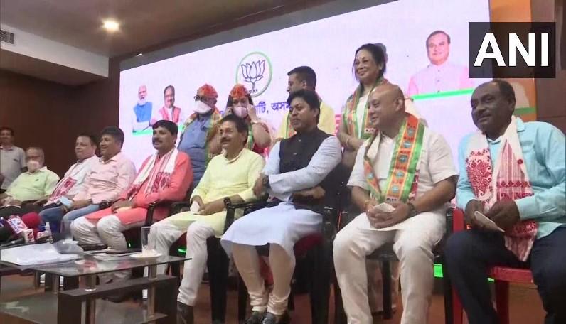 पूर्व कांग्रेस विधायक ने थामा भाजपा का दामन, रुण गोगोई की OSD रहीं बरनाली ने भी ली पार्टी की सदस्यता