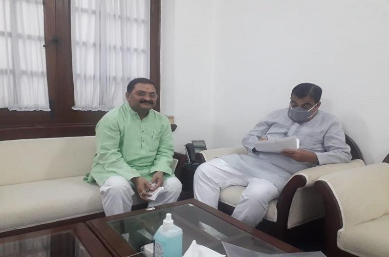 सांसद संतोष पांडे ने केंद्रीय मंत्री नितिन गडकरी से की मुलाकात, भारतमाला परियोजना में मुआवजे के संबंध में की चर्चा