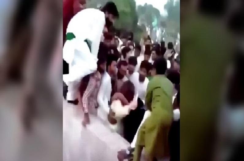 पाक के आजादी चौक पर भीड़ ने टिक-टॉक स्टार लड़की के साथ की हैवानियत, उतारे कपड़े, हवा में उछाले और…