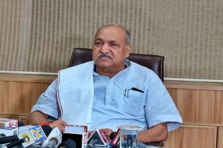 BJP ने कहा-'कांग्रेस सरकार की अर्थव्यवस्था चरमराई, मंत्री चौबे बोले-'किसानों के लिए ले रहे कर्ज'