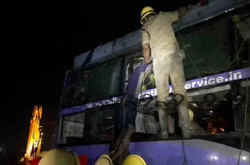 अनियंत्रित होकर नहर में गिरी बस, 6 प्रवासी मजदूरों की मौत, दो की हालत गंभीर