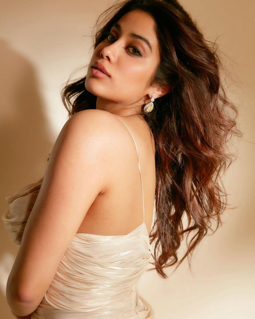 Janhvi Kapoor Fashion: जाह्नवी कपूर ने क्रीम रंग ड्रेस में फ्लॉन्ट किया स्टाइल, एक्ट्रेस ने खुद को बताया 'वेनिला आइसक्रीम'