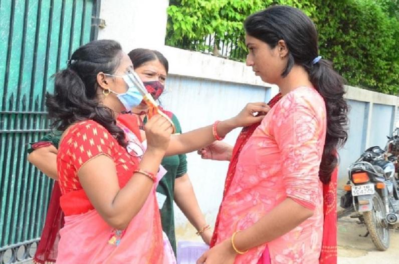 परीक्षा केंद्रों पर छात्राओं के लंबे कपड़ों पर चली कैंची.. काटे गए फुल बाजू वाले कपड़े, पुलिस से हो गई झड़प