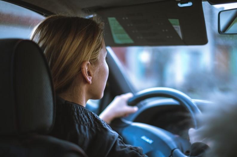 बिना कपड़े पहने भीड़-भाड़ वाले इलाके में कार चला रही थी युवती, पुलिस ने रोका तो करने लगी ऐसी हरकतें
