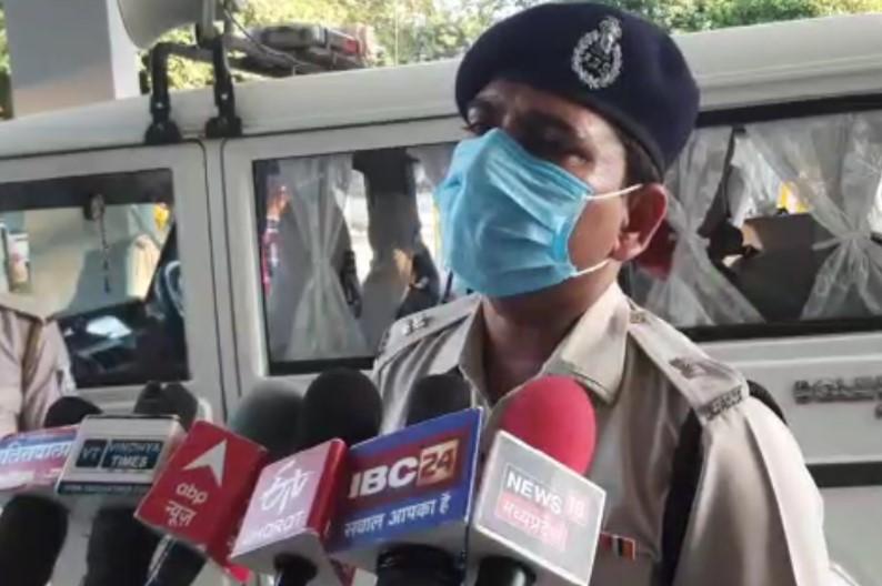 युवक ने युवती को घसीट-घसीटकर पीटा, शिकायत लेकर थाने पहुंची तो कार्रवाई के बजाए पुलिसकर्मियों ने बैठाया 4 घंटे तक