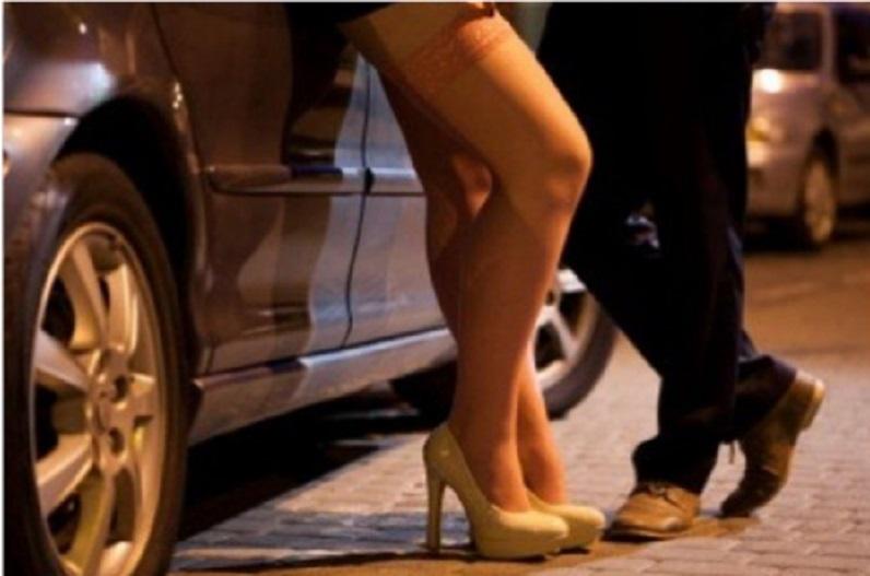 नशे में चूर और कम कपड़े.. बीच सड़क मॉडल करने लगी अजीब हरकतें.. वीडियो बनाते रहे लोग