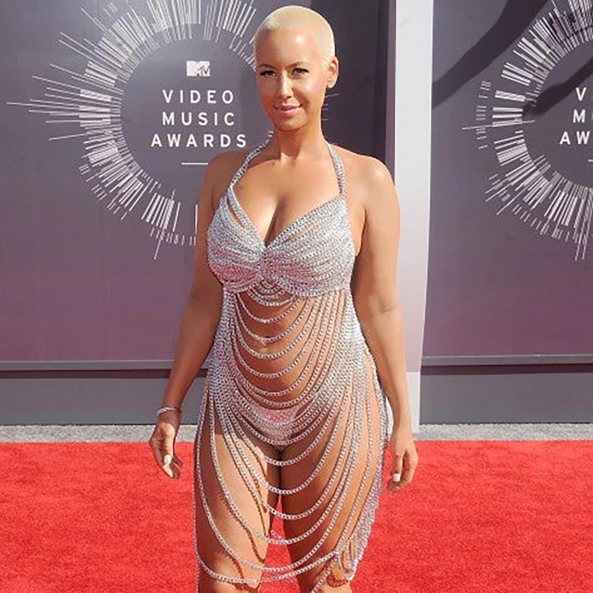 MTV Video Music Awards 2014 में एम्बर रोज अपने तब पति रहे रैपर Wiz Khalifa के साथ रेड कारपेट पर उतरी थीं. एम्बर ने डिजाइनर Laura Dewitt का बनाया आउटफिट पहना था. यह आउटफिट एक Knight के चेनमेल आर्मर और चेन लिंक फेन्स से प्रेरित था.