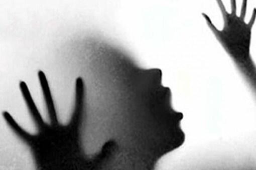 हैवानियत! दबंगो ने युवती से छेड़छाड़ के बाद आंख में डाला एसिड, गंभीर हालत में जिला अस्पताल में भर्ती