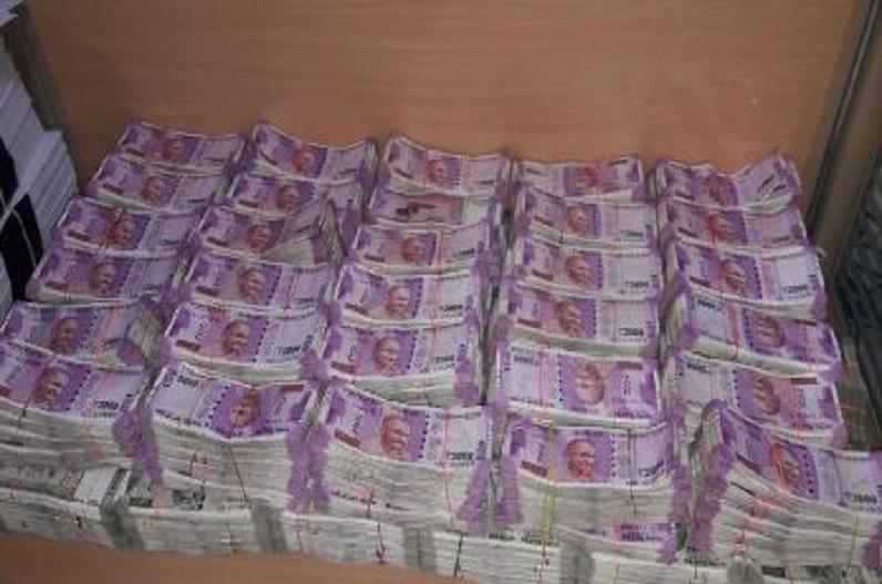 दो स्कूली छात्रों के खाते में आए 960 करोड़, चेक करने वालों की लगी कतार, बैंक कर्मचारी भी चौके, पूरे शहर में हो रही चर्चा