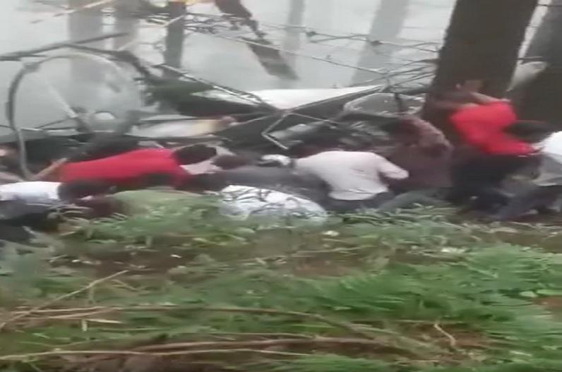 सेना का चौपर क्रैश, मलबे में दबे पायलट और को-पायलट को लोगों ने खींचकर निकाला बाहर