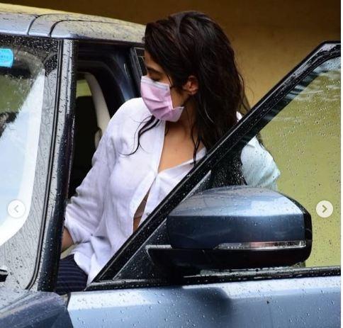 जिम के बाहर 'उप्स' मोमेंट का शिकार हुईं Janhvi Kapoor, कार में बैठते समय खुल गया शर्ट का बटन फिर…