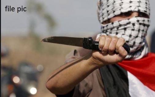 बीच चौराहे नशेड़ियों ने मचाया उत्पात, राहगीरों पर चाकू से किया हमला, एक युवक की मौत अन्य कई घायल