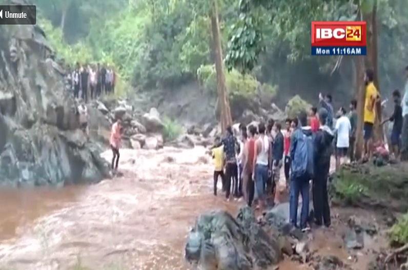 अचानक नदी में आई बाढ़ में फंसे पर्यटक, रस्सी से किया गया रेस्क्यू, बाल-बाल बची जान