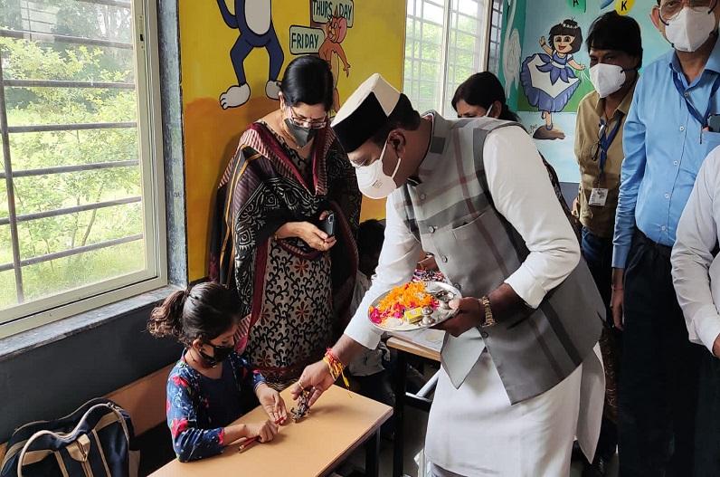 18 महीने बाद शुरू हुई प्राइमरी स्कूल की कक्षाएं, मंत्री विश्वास सारंग ने तिलक लगाकर बच्चों का किया स्वागत
