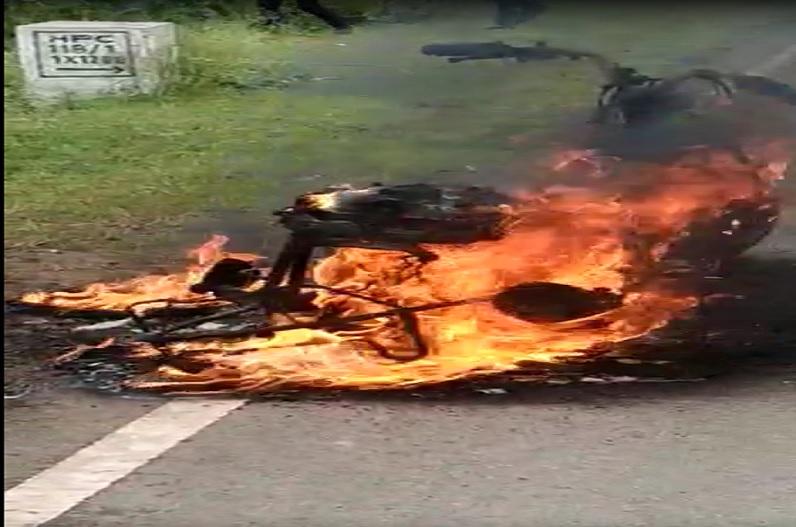 चलती स्कूटी में अचानक लग गई आग, महिला ने कूदकर बचाई जान.. देखते ही देखते खाक हो गई गाड़ी