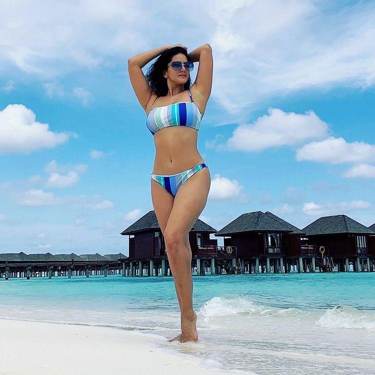 Sunny Leone का बीच किनारे बिकिनी में सिज़लिंग पोज़ हुआ वायरल, एक्ट्रेस ने फोटो शेयर कर लिखा-'स्वर्ग में एक और दिन'