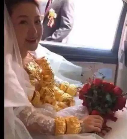 दुल्हन ने शादी में पहना 60 किलो सोने के जेवर, दुल्हन का चलना भी हुआ मुश्किल, लोगों को आ रहा तरस